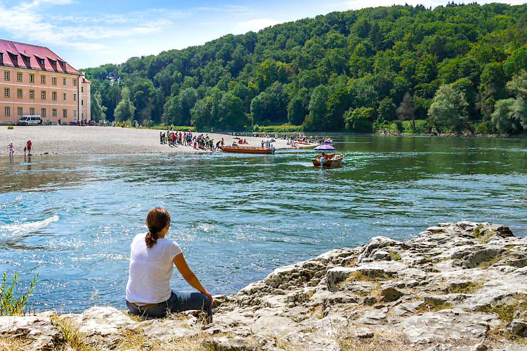 Donauufer beim Kloster Weltenburg - Warten auf eine Zillenüberfahrt - Bayern