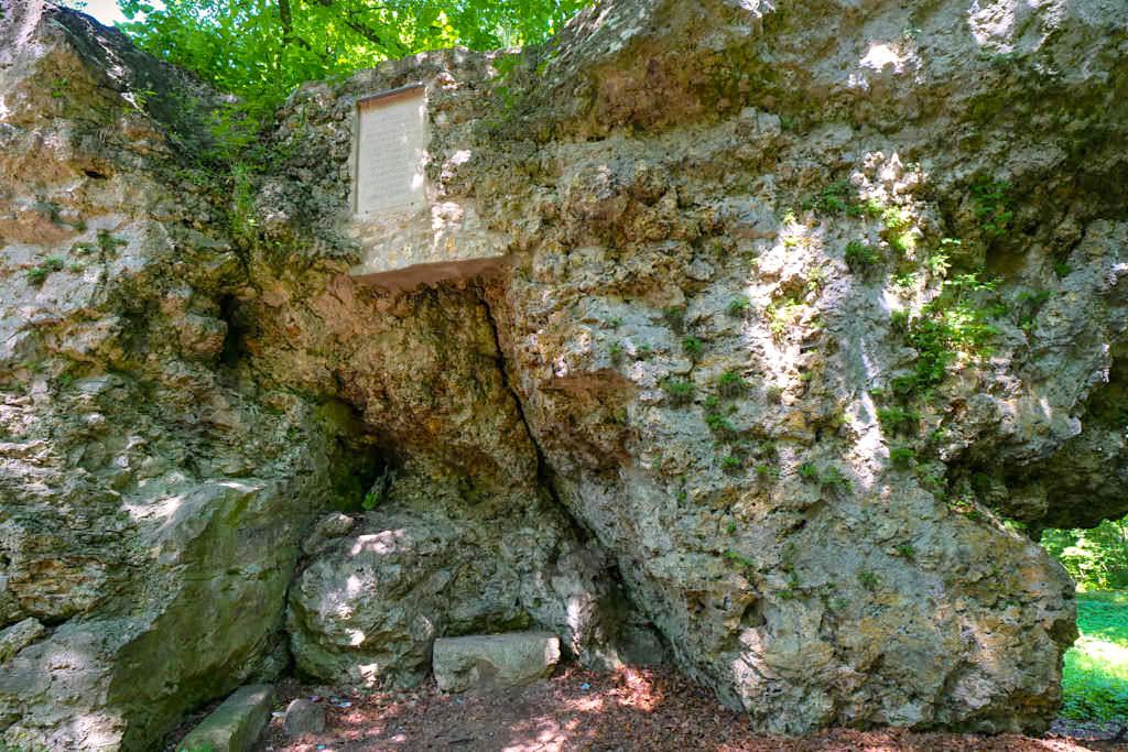 Hexenfelsen auf dem Galgenberg in Nördlingen - Geotop aus dem Ries-Ereignis - Bayern