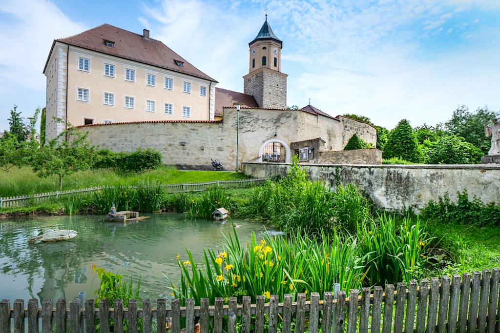 Blick auf Schloss Gosheim - Abstecher beim Besuch des Geotop Kalvarienberg Donau-Ries, Bayern