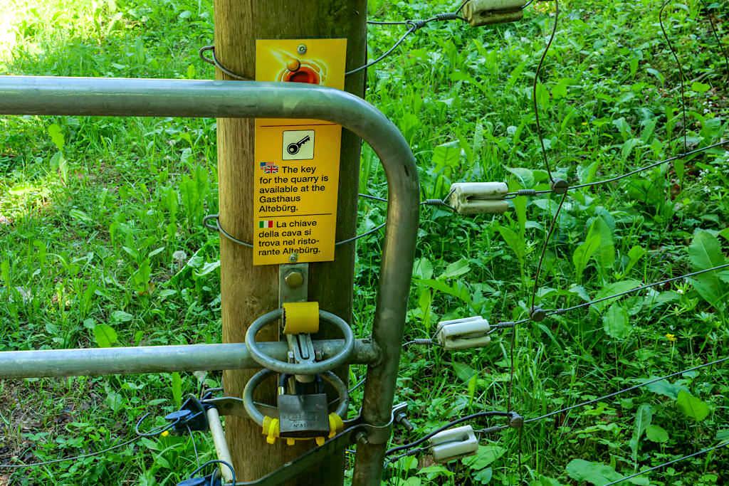 Abgeschlossener Steinbruch Alte Bürg: der Schlüssel kann bei der Waldwirtschaft ausgeliehen werden - Schäferweg Wanderung imDonau-Ries - Bayern