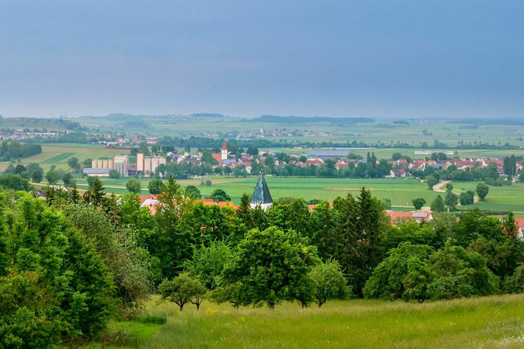 Ausblick auf Holheim & Nähermemmingen vom Geotop Lindle auf der Schäferweg Wanderung im Donau-Ries - Bayern