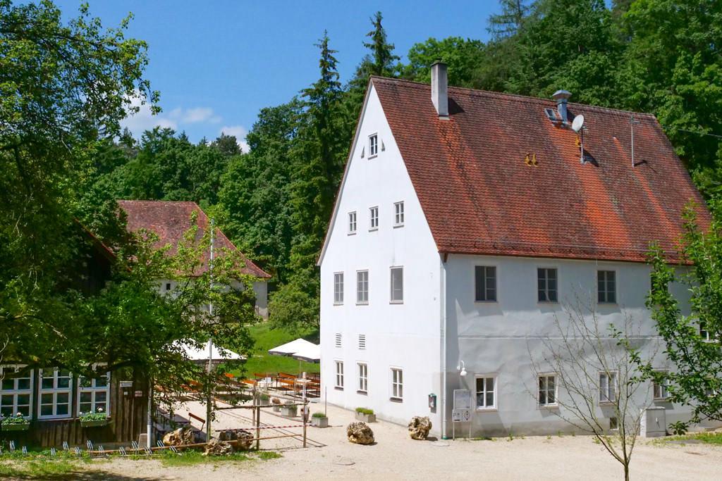 Waldwirtschaft Jagdhaus Alte Bürg - Verlockende Einkehrmöglichkeit mit Biergarten auf der Schäferweg Wanderung - Donau-Ries, Bayern
