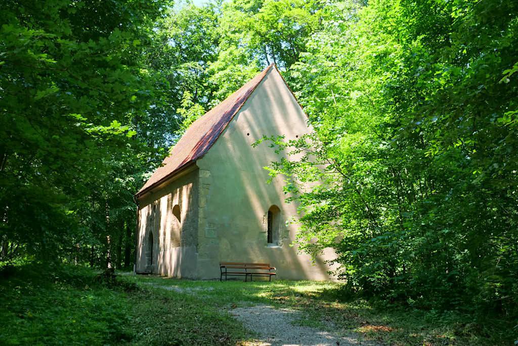 Die Kapelle Alte Bürg ist ein letztes Überbleibsel und dem Heiligen Hippolyt geweiht - Sehenswürdigkeiten auf der Schäferweg Wanderung im Donau-Ries - Bayern