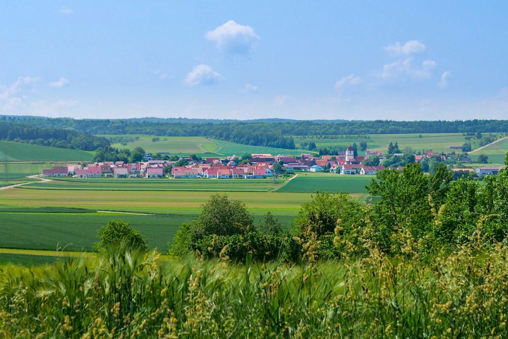 Ausblick auf Kleinerdlingen bei Nördlingen - Schäferweg Wanderung im Donau-Ries - Bayern