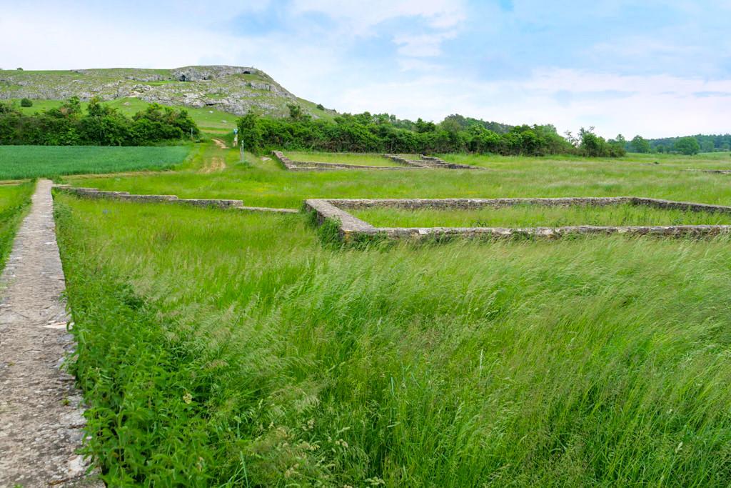 Mauerreste Römischer Gutshof am Fuße des Geotops Riegelberg - Schäferweg Wanderung im Donau-Ries - Bayern