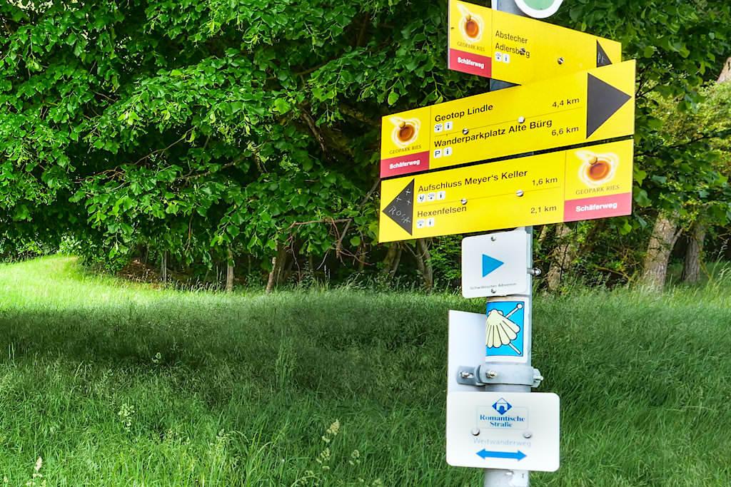 Schäferweg Wanderung - Sehr gute Beschilderung & Wegweiser auf der Rundwanderung - Donau-Ries, Bayern