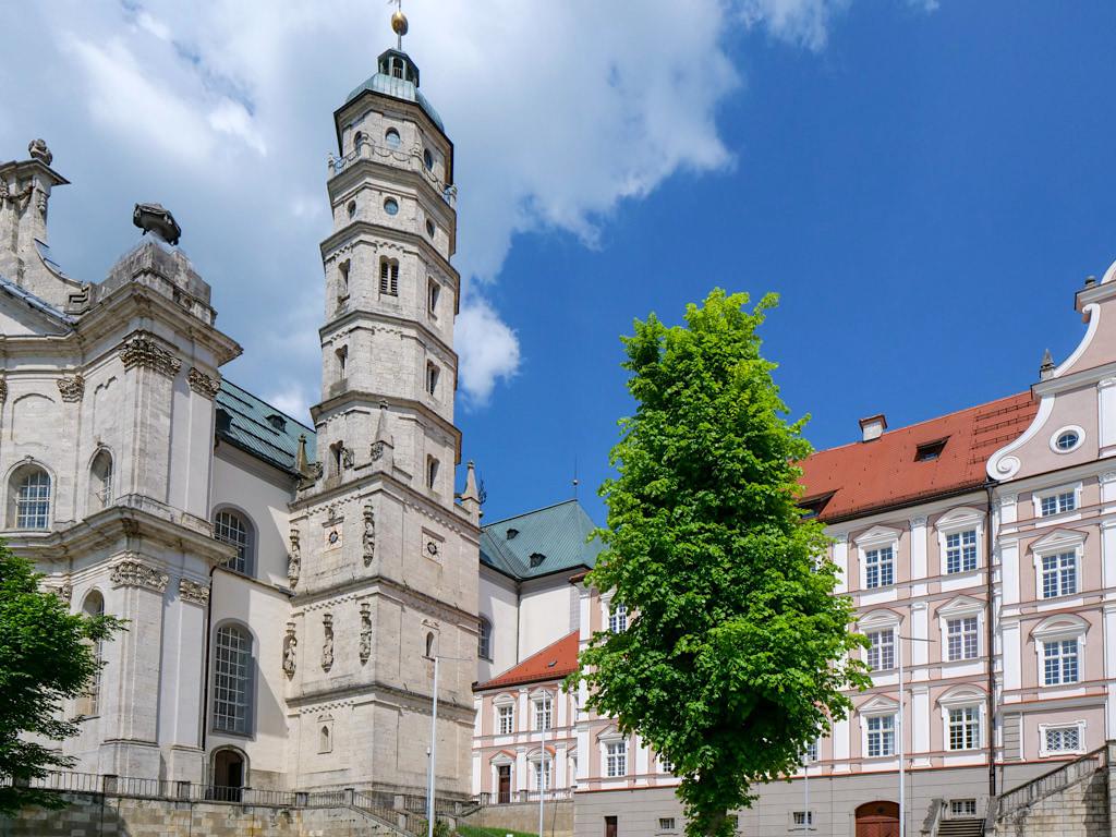 Abtei Neresheim - Alter imposanter Kirchturm neben einer der schönsten spätbarocken Kirchen - Sehenswürdigkeiten Ferienland Donau-Ries & Schwäbische Alb, Baden-Württemberg