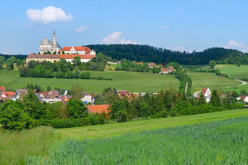 Schönster Ausblick auf Abtei & Klosterkirche Neresheim - Schönste Burgen & Schlösser im Ferienland Donau-Ries & Schwäbischer Alb, Baden-Württemberg