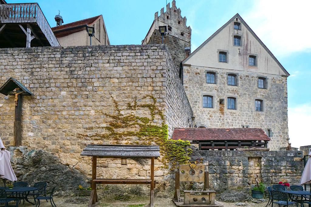 Burg Katzenstein mit Blick in den Innenhof - Schönste Burgen & Schlösser im Donau-Ries & Schwäbische Alb, Baden-Württemberg