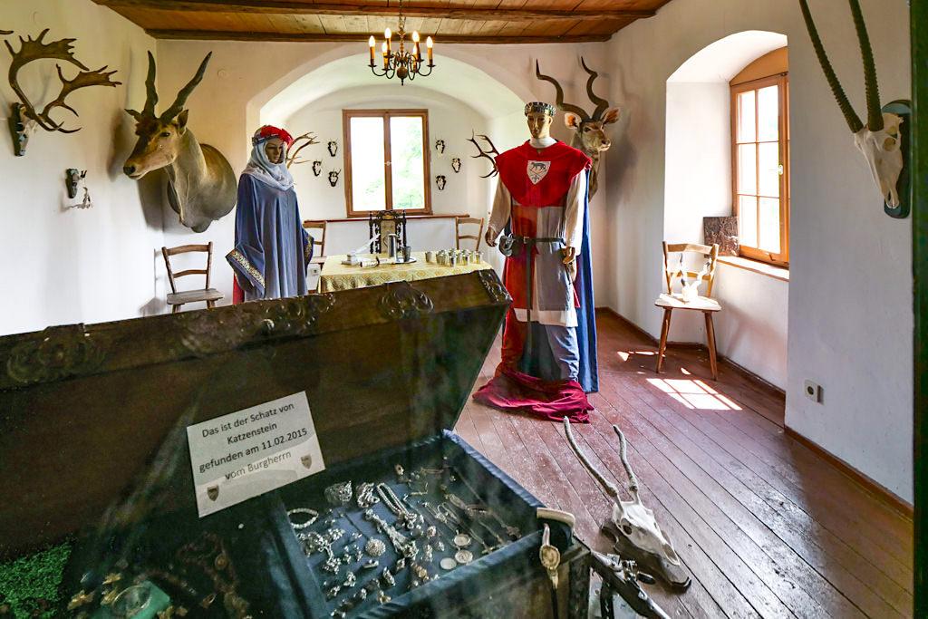 Burg Katzenstein: das Jagdzimmer mit Burgschatz - Schönste Burgen & Schlösser im Donau-Ries & Schwäbischer Alb - Baden-Württemberg