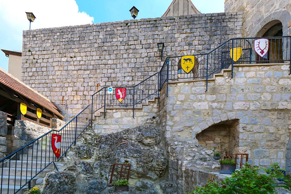 Burg Katzenstein mit seinen vielen Wappen im Laufe der Geschichte - Schönste Burgen & Schlösser imDonau-Ries & Schwäbischer Alb, Baden-Württemberg