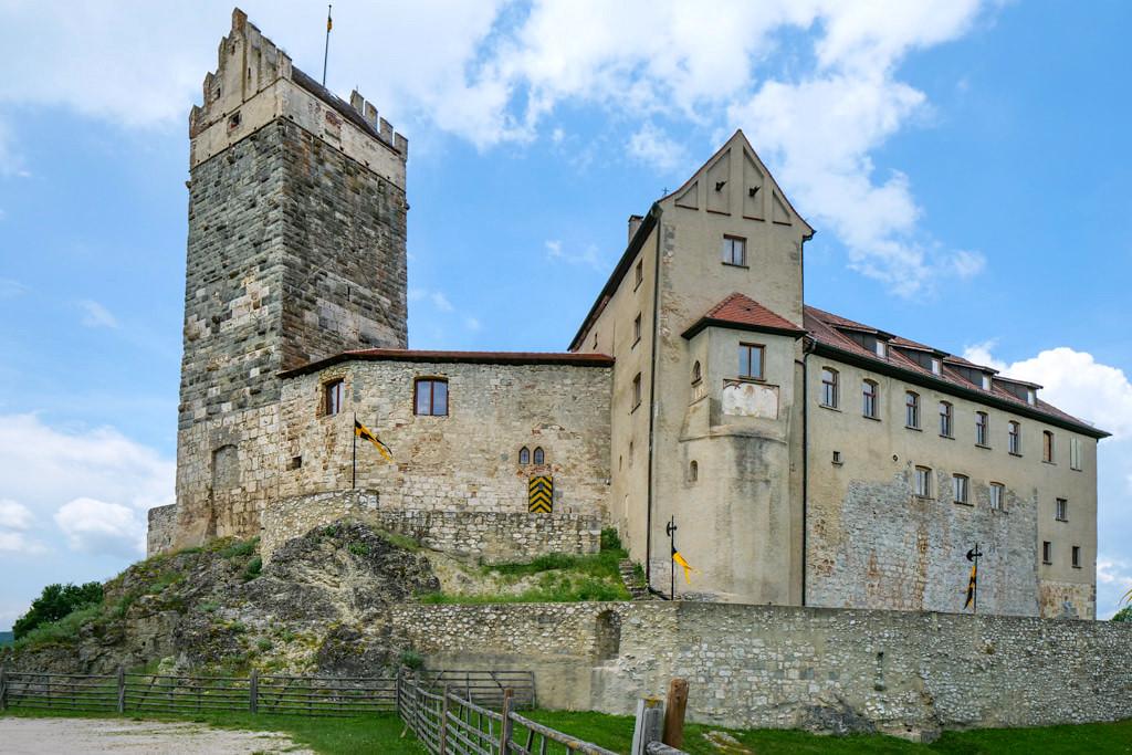 Burg Katzenstein mit seinen imposanten Wehrmauern - Schönste Burgen & Schlösser imDonau-Ries & Schwäbischer Alb, Baden-Württemberg