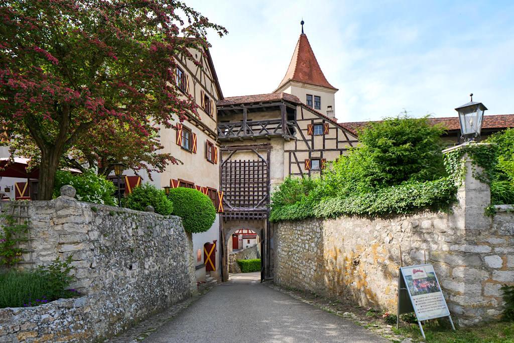 Harburg mit Blick auf das alte Burgtor mit historischem Gatter - Donau-Ries, Bayern