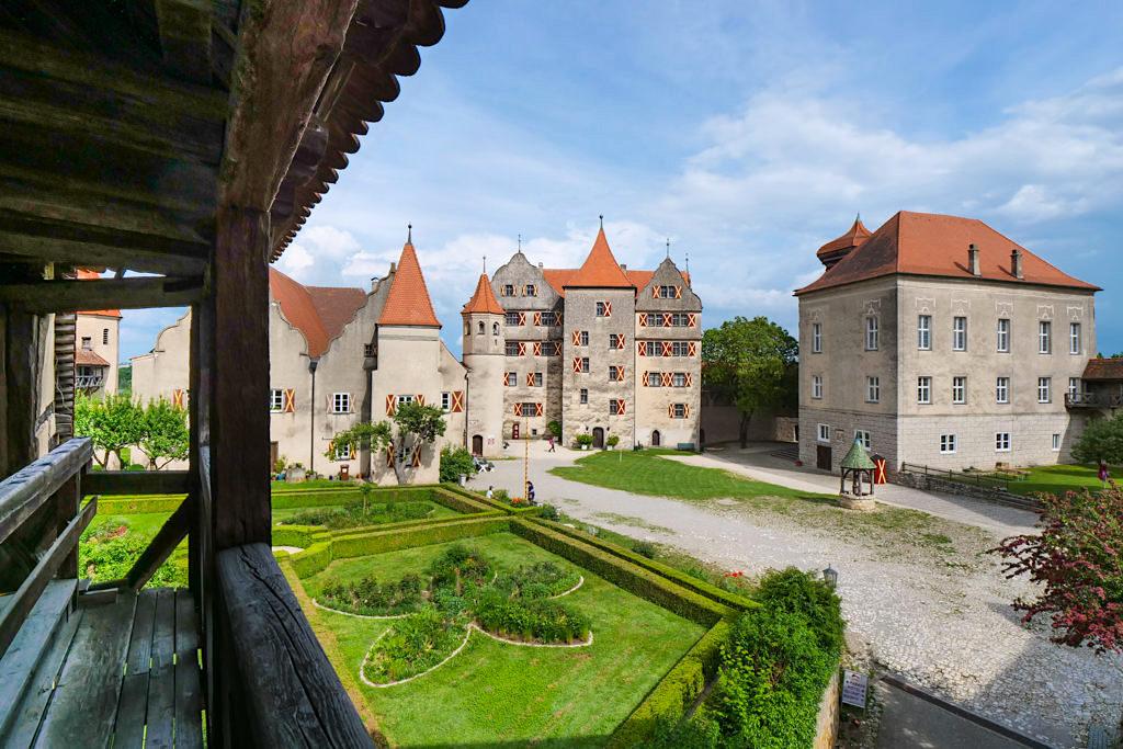 Harburg - Vom Wehrgang hat der Besucher einen schönen Ausblick auf Innenhof und Hofgarten - Schönste Burgen & Schlösser im Donau-Ries, Bayern