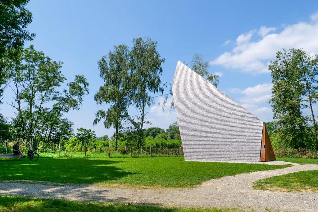 Kapelle Ludwigschwaige von Alen Jasarevic mit der Symbolik Betender Hände - 7 Kapellen der Denzel-Stiftung - Dillinger Land - Bayern