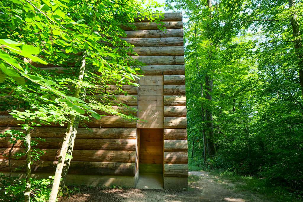 Eingang zur Kapelle Unterliezheim gleicht ein bisschen einem Höhleneingang im tiefen Wald - Dillinger Land, Bayerisch Schwaben