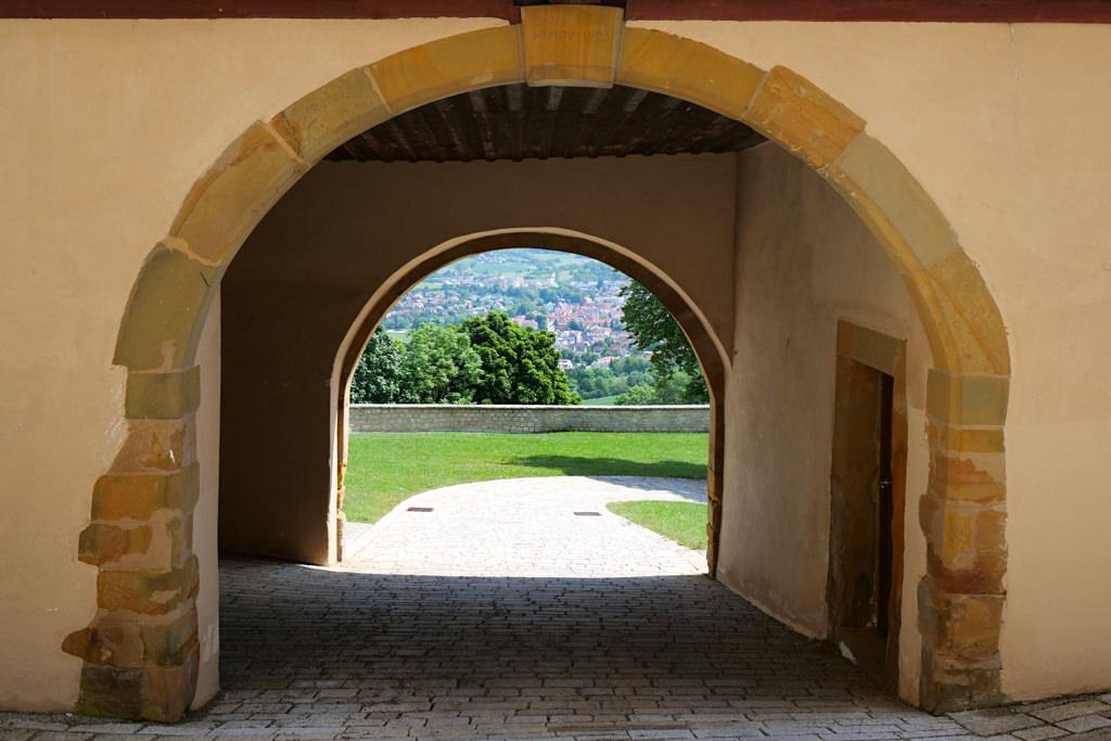 Schloss Kapfenburg - Durchgang zum Hochschloss und Blick hinunter nach Lauchheim - Sehenswürdigkeiten im Ferienland Donau-Ries & Schwäbische Alb, Baden-Württemberg