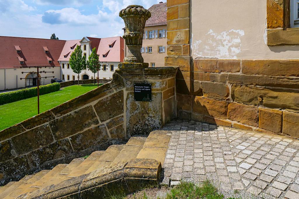 Schloss Kapfenburg - Historische Treppe & Blick in den Burghof - Schönste Burgen & Schlösser im Ferienland Donau-Ries & Schwäbische Alb, Baden-Württemberg