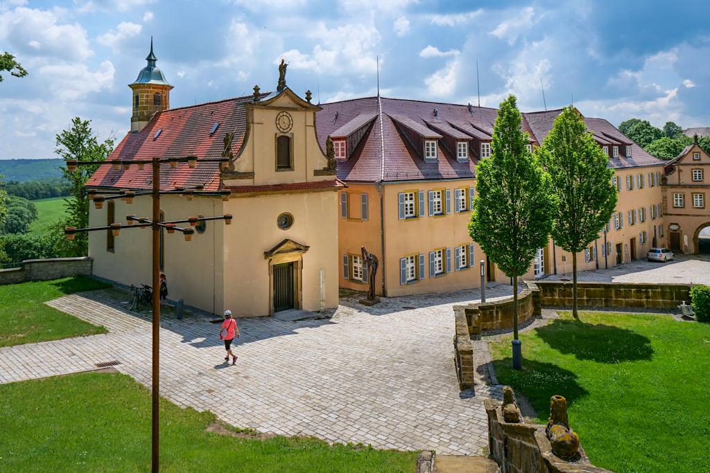 Schloss Kapfenburg - Ausblick auf die ehemalige Vorburg & den Schlosshof - Schönste Burgen & Schlösser im Ferienland Donau-Ries & Schwäbischer Alb, Baden-Württemberg
