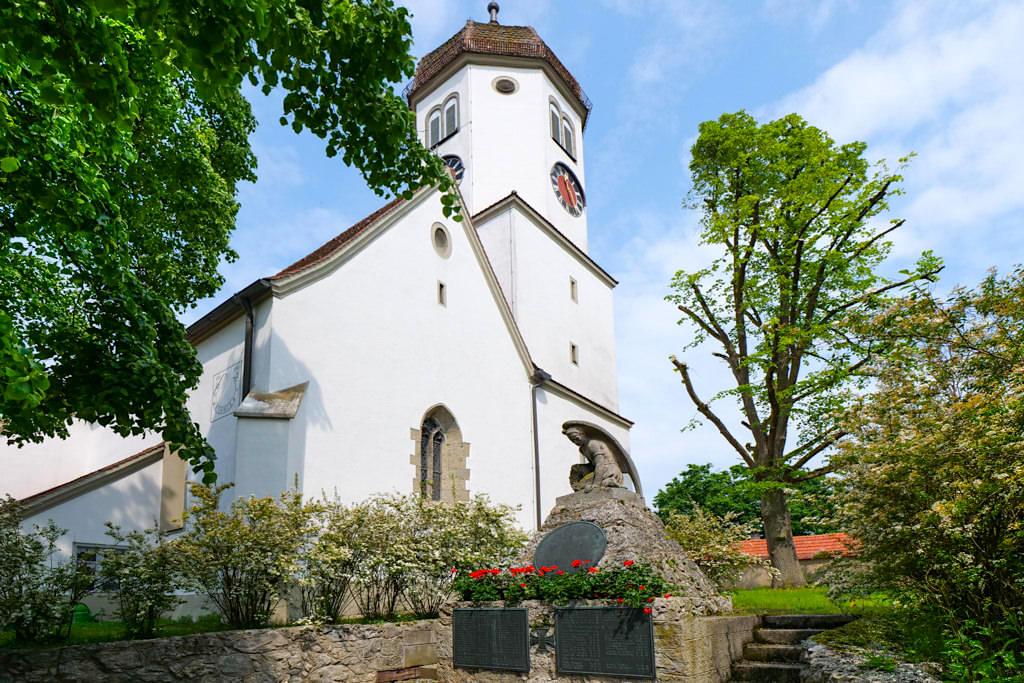 Die Kirche & Friedhof von Hohenaltheim bietet einen Ausblick auf Schloss Hohenaltheim - Sehenswertes Donau-Ries, Bayern