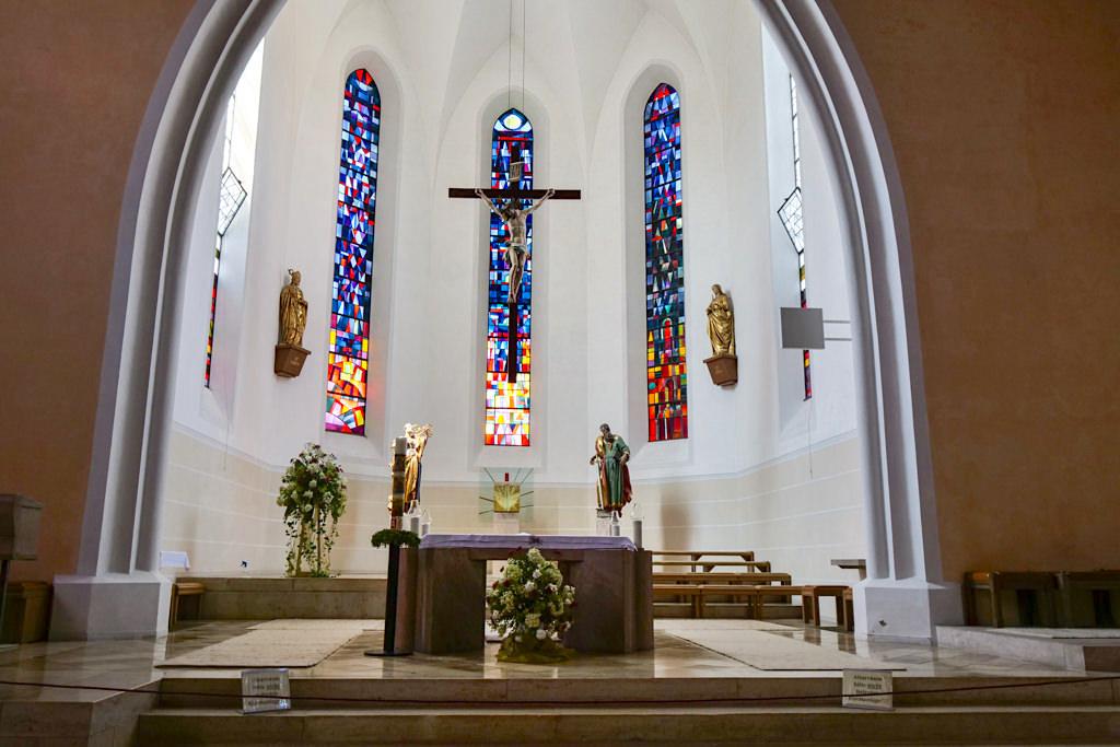 Kirche St.-Peter und Paul in Bissingen mit ihren wunderschönen, bunten Fenstern - Dillinger Land, Bayern