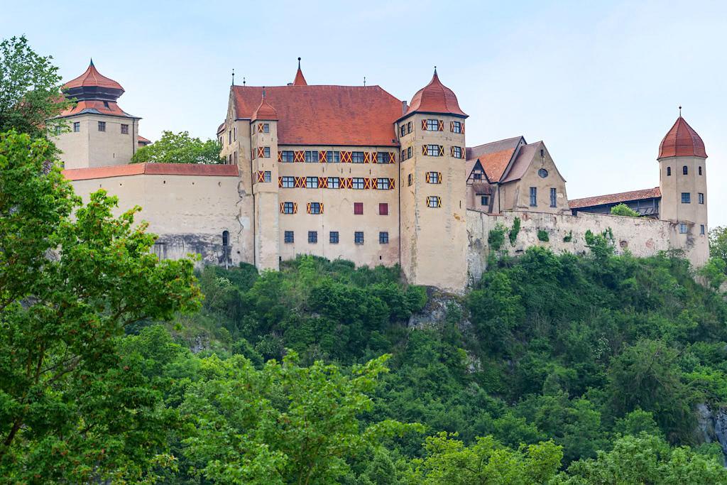 Was macht den Mythos Burg aus? - Blick auf Schloss Harburg im Donau-Ries - Bayern