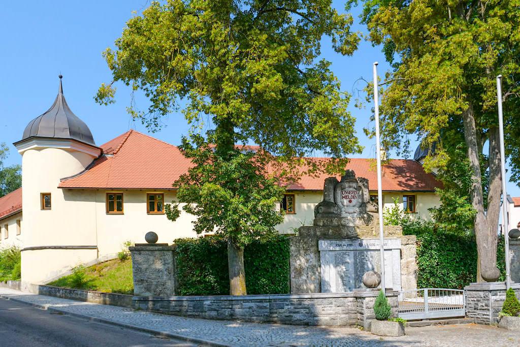 Ehemaliges Fugger-Schloss Emmersacker beinhaltet heute das Rathaus der Gemeinde - Dillinger Land, Bayern