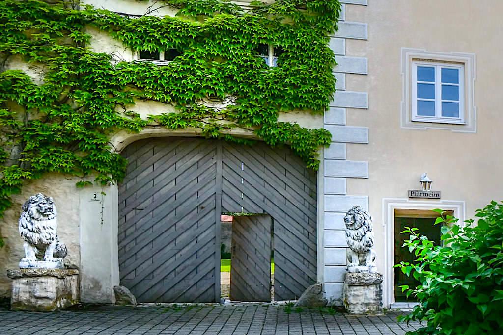 Im ehemaligen Schloss Gosheim befindet sich heutige das Pfarrheim & eine Privatwohnung - Sehenswürdigkeiten im Donau-Ries, Bayern
