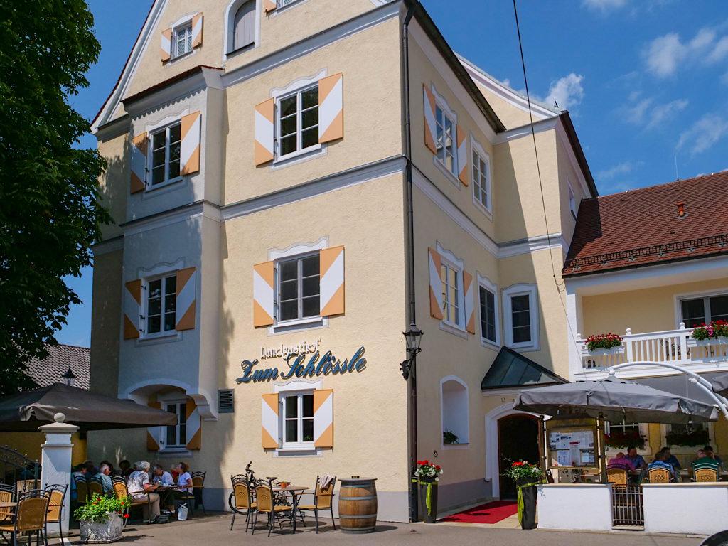 Schloss Herrenfinningen oder ehemaliges Wasserschloss Unterfinningen ist heute ein Landgasthof mit ausgezeichnetem Essen & Biergarten - Dillinger Land, Bayern
