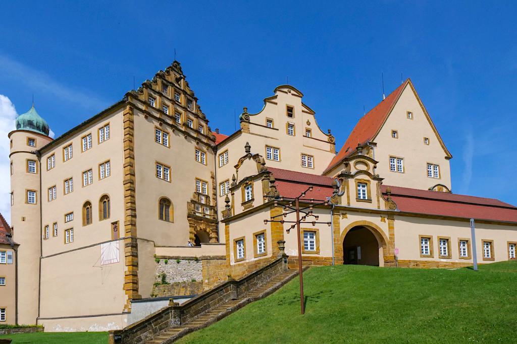 Schloss Kapfenburg mit seinen vielfältigen Giebeln aus 900 Jahre Stilgeschichte - Ferienland Donau-Ries, Baden-Württemberg
