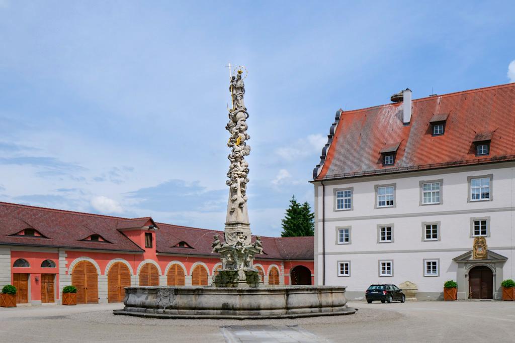 Schloss Oettingen - Blick auf den Marienbrunnen & Schlosshof - Schönste Burgen & Schlösser im Donau-Ries, Bayern