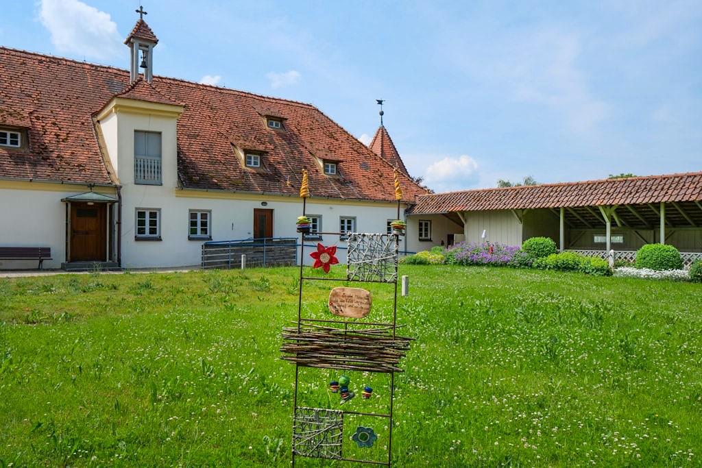 Schloss Polsingen - Innenhof mit ehemaligen Stallungen & Wehrmauern - Donau-Ries, Bayern