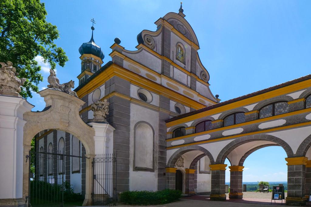 Bogengang verbindet die St. Blasius Kirche mit dem Herrensitz Schloss Leitheim - Donau-Ries, Bayern