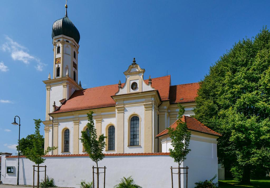 Wallfahrtskirche St. Leonhard in Unterliezheim mit schönem Biergarten im Innenhof - Dillinger Land, Bayern