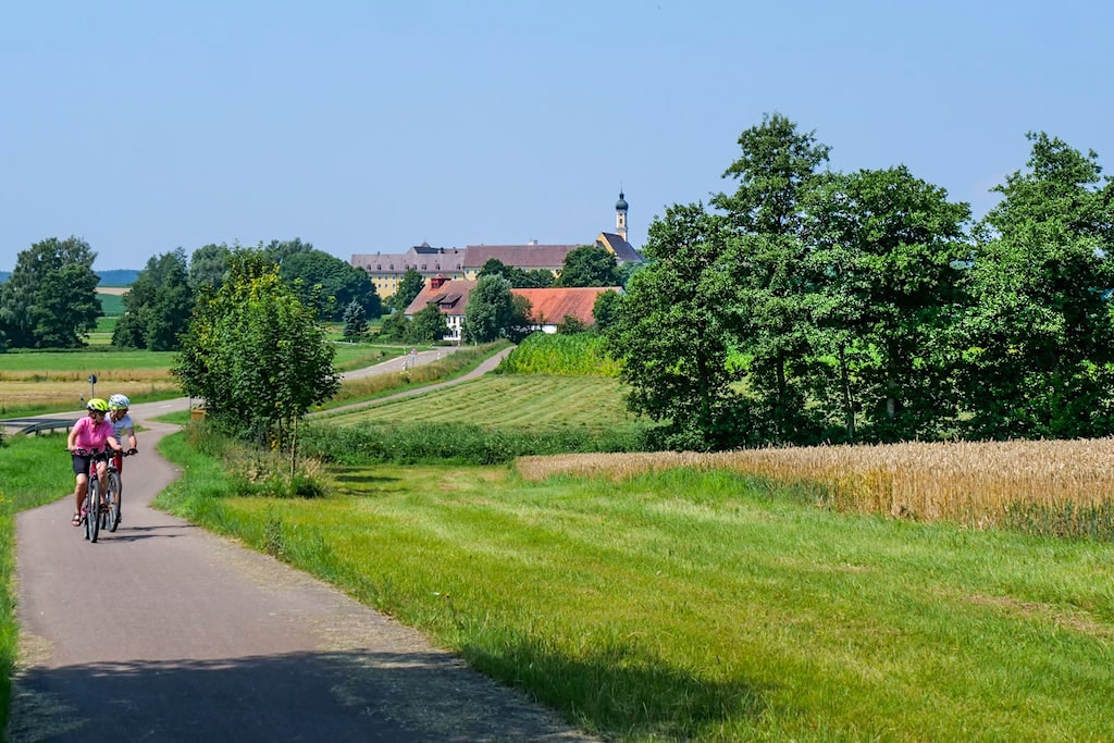 Donautäler Radweg - Etappe Wildfang bei Bergheim mit Blick auf das imposante Kloster Maria Meding - Dillinger Land, Bayern