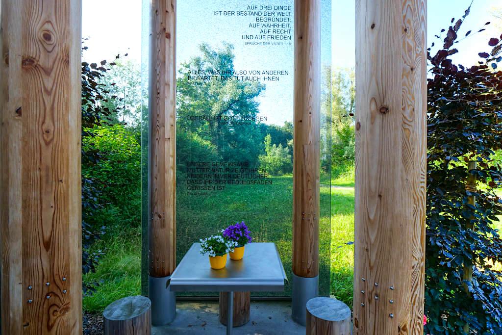 Kapelle Gundelfingen gleicht einem Pavillon mit Bänken, Tischen & Zitaten an einer Glaswand - Dillinger Land Sehenswürdigkeiten, Bayern