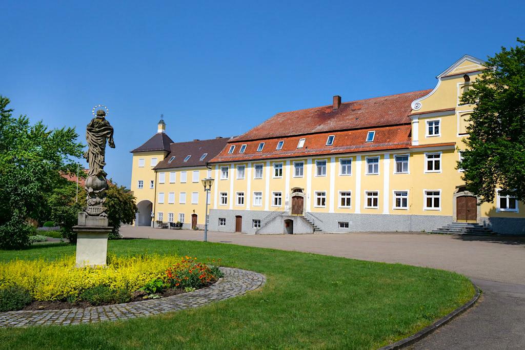Kloster Maria Medingen - Schöner Innenhof der Klosteranlage - Sehenswürdigkeiten an den Radwegen im Dillinger Land, Bayern