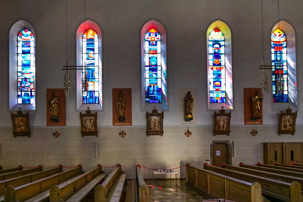 Kirche St. Peter und Paul mit seinen herrlich bunten Fenstern in Bissingen - Sehenswürdigkeiten entlang der DonauTäler Radwege Episodenraum Wildfang - Dillinger Land, Bayern