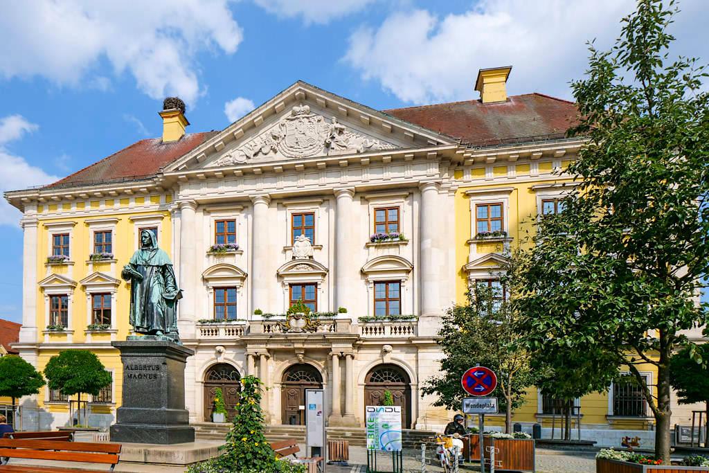 Lauingen an der Donau - Rathaus mit Albertus Magnus Statue - Dillinger Land, Bayern