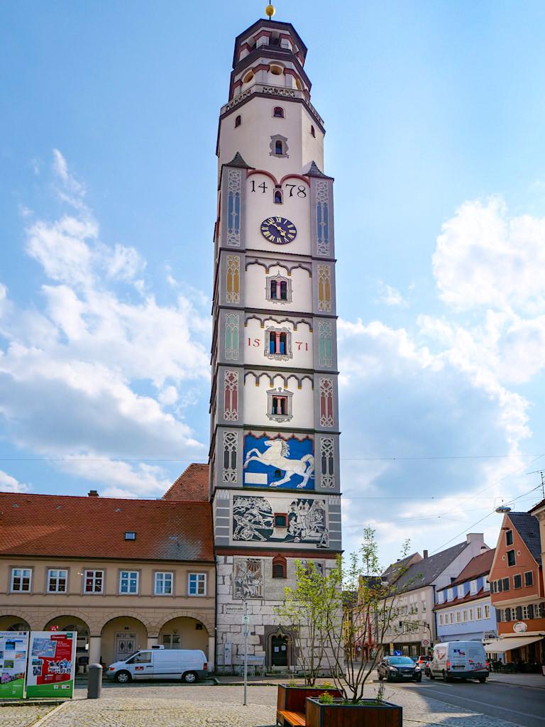 Die schöne Altstadt von Lauingen an der Donau mit seinem Wahrzeichen dem Schimmelturm - Sehenswerten an den DonauTäler Radwegen im Dillinger Land, Bayern
