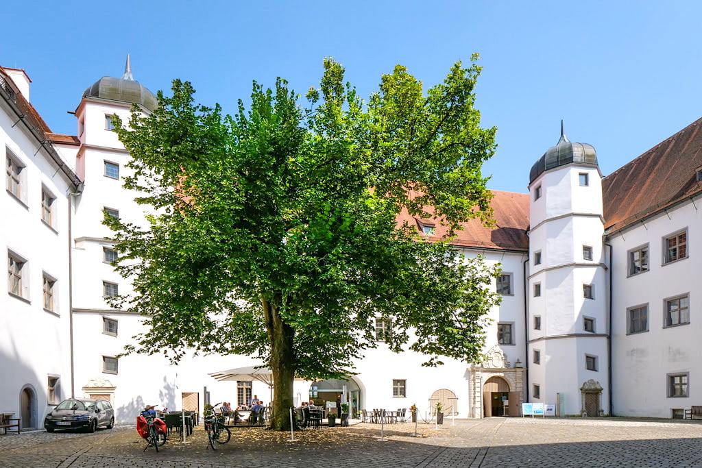 Schloss Höchstädt - Innenhof mit Café - Höchstädt an der Donau, Bayern